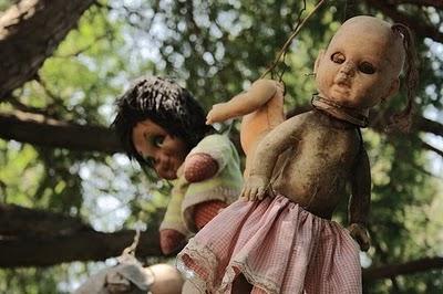 Sosok salah satu boneka yang terdapat di pulau Boneka.