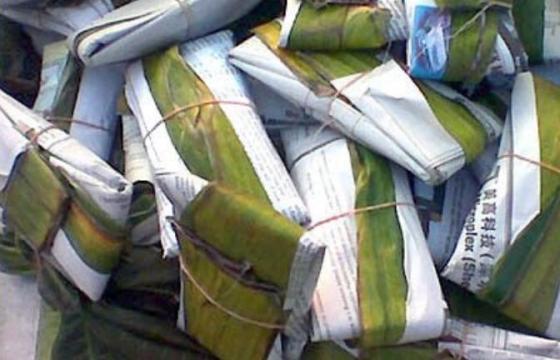 Tempe dibungkus daun pisang dan kertas bekas.