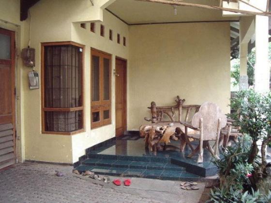 Teras rumah sebagai salah satu bagian ruangan dalam rumah.
