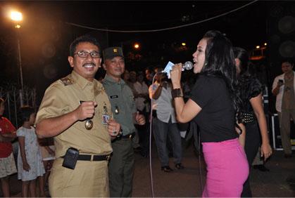 Walikota Jakpus pun piawai bernyanyi di panggung.