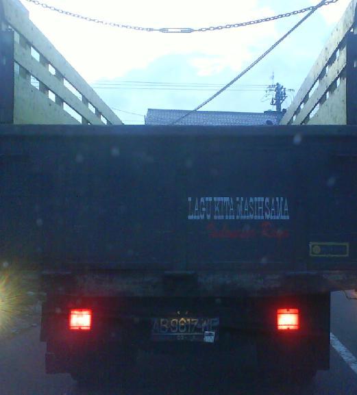 Bak truk yang bertuliskan semboyan nasionalis