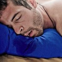 Ilustrasi orang dewasa yang tidur mengiler.