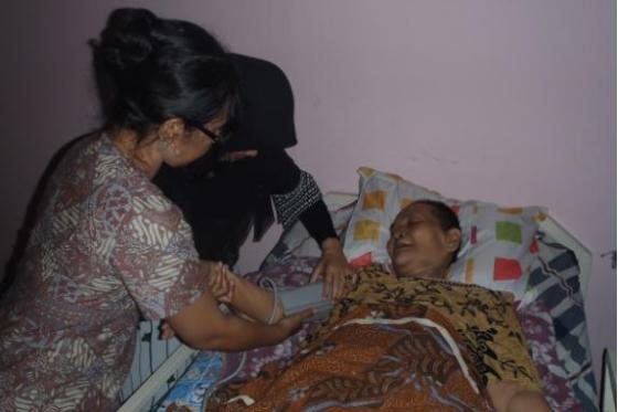 Periksa rutin kondisi ibu yang sakit.