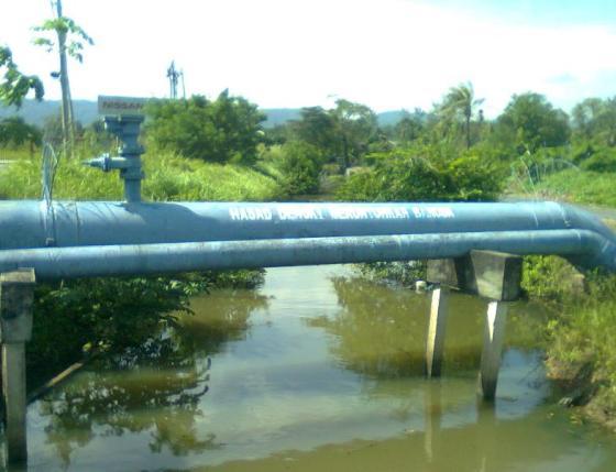 Contoh semboyan tertulis di pipa air.