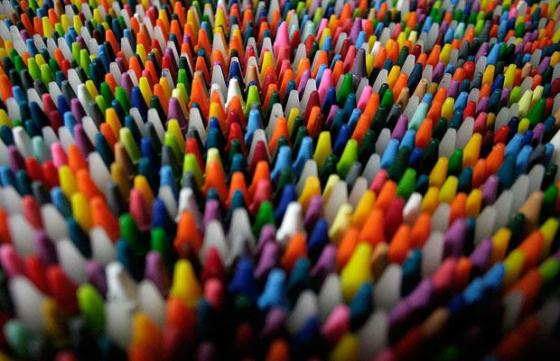 Wadah besar diperlukan untuk membungkus crayon.
