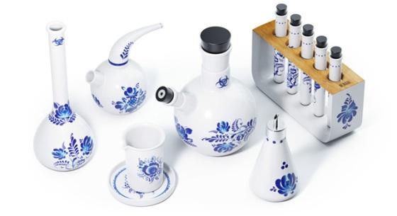 Keramik berbentuk peralatan gelas laboratorium.