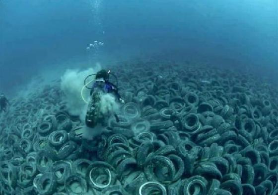 Timbunan ban bekas di laut di pesisir negara AS.