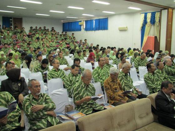 Staf FMIPA berseragam batik mendengarkan pidato Dies Natalis.