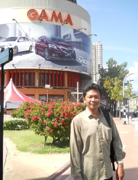 Di depan Gama Plaza