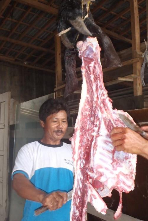 Memotongi daging kurban