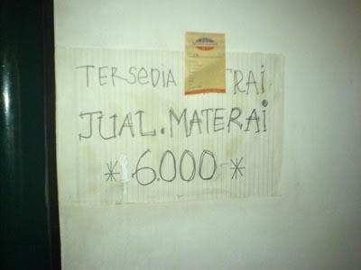 Papan petunjuk penjualan meterai yang bukan kantor pos.
