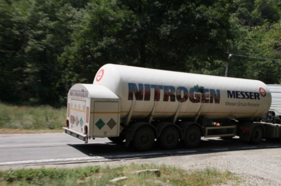 Truk tangki pembawa nitrogen.