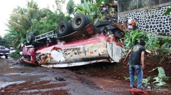 Kecelakaan truk tangki BBM yang terbalik.
