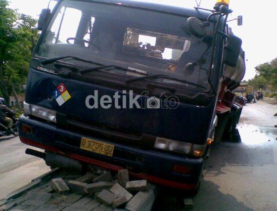 Kecelakaan truk tangki asam sulfat.
