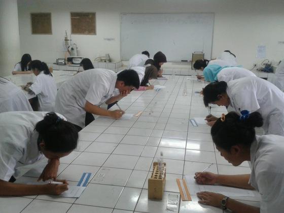 Suasana ujian praktikum atau responsi yang mengantisipasi aksi mencontek