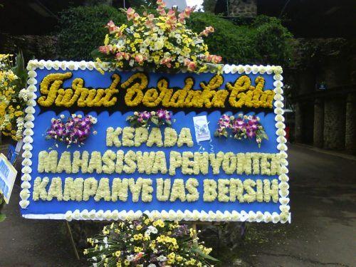 Kampanye lewat karangan bunga.