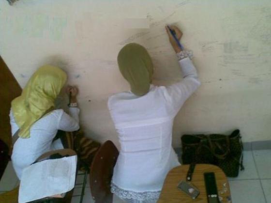 Membuat catatan kecil di dinding buat bahan mencontek.