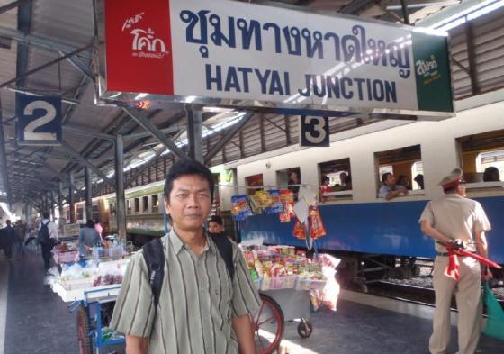 Di stasiun kereta api Hatyai.