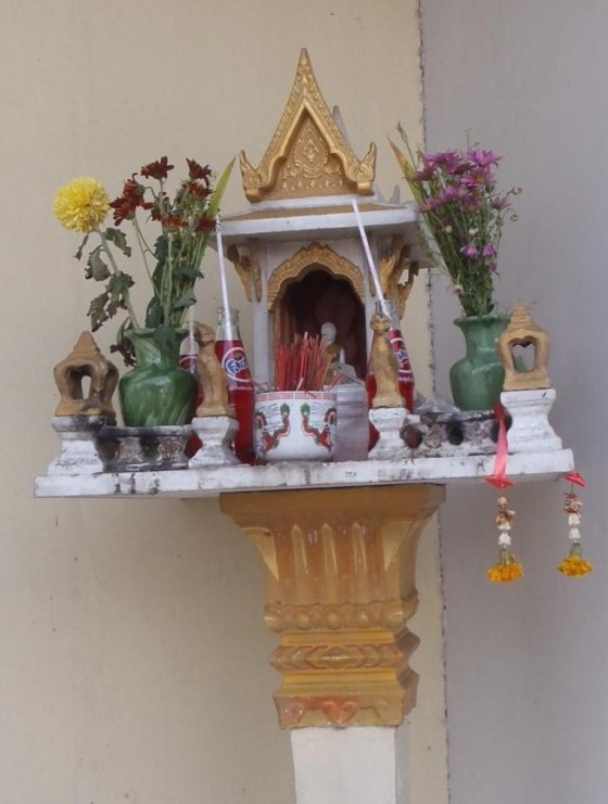 Persembahan di altar kuil.