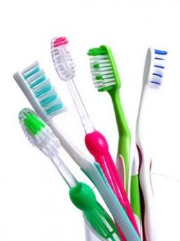Beraneka macam bentuk dan ukuran sikat gigi di pasaran.
