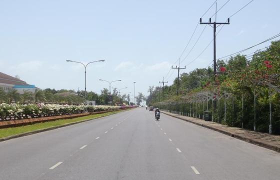 Suasana jalan yang lenggang dan bersih.