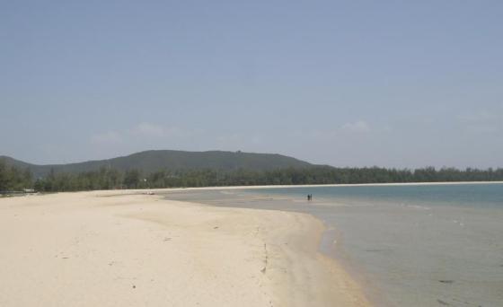 Suasana pantai Shamila yang bersih dan berpasir putih.