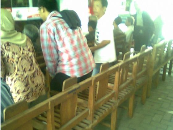 Harus berdiri dan geser ke kursi sebelahnya supaya dapat maju giliran berikutnya.