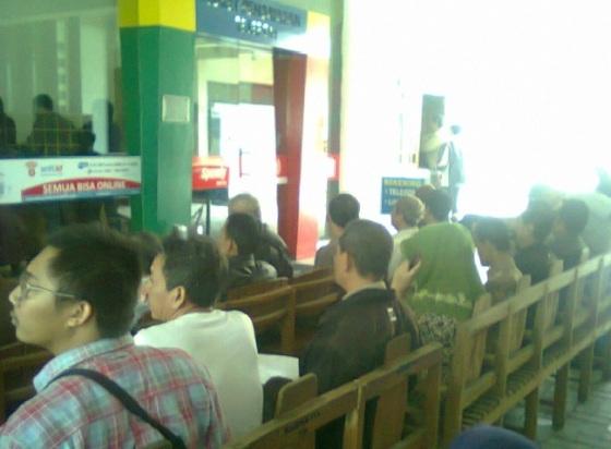 Antre sambil duduk berderet di kantor Telkom Yogyakarta
