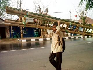 Penjual tangga bambu keliling.